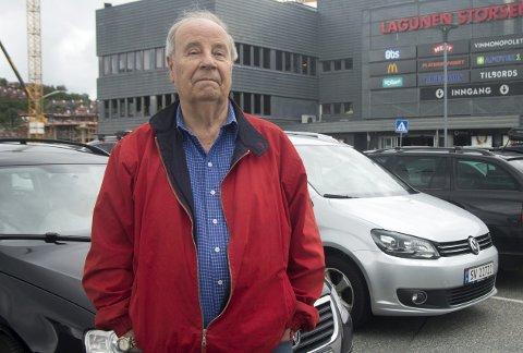 Vanskelig med parkering: Bjørn Kvamme la handleturen til en formiddag i håp om at det da skulle være mindre parkeringstrøbbel. Han er glad for at han er pensjonist og dermed har anledning til å unngå de travleste handletidene.