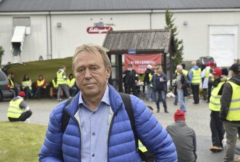 OPPGITT: NNNs leder Jan-Egil Pedersen dro i går til Sotra for å besøke de streikende hos laksekjempen Sekkingstads produksjonsbedrift, Norse Production. Han er ikke imponert av arbeidsgiveren.FOTO: STIAN ESPELAND