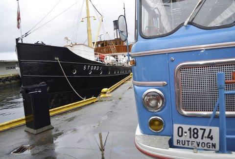 DS «Stord 1» og fronten på den gamle rutebilen til Bergen- Hardanger Billag – en Scania Vabis 1962-modell. Veteranene er viktige på Bergen Heritage Tour.             (Foto: TOM R. HJERTHOLM)