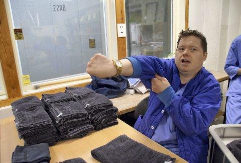 25 år: Trygve Knag (45) er en ekte veteran ved Nordnes Verksteder og viser stolt frem klokken han har som bevis. – Jeg har jobbet her i 25 år og derfor fikk jeg denne gullklokken, sier han og smiler fornøyd.