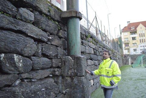 Tom Birkeland er spent på om de store stålmastene er sikret på annen måte enn bare med betong. – Uansett må de festes skikkelig. (Foto: TOM R. HJERTHOLM)