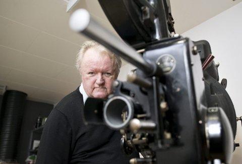 Det er ikke bare Stein Sørensen som kan se tilbake på lang tjeneste for Bergen Kino. Denne kinomaskinen, den klassiske Ernemann V stammer fra tiden da lyskilden var en brennende kullstift og den eksplosive nitratfilmen måtte kjøles ned for å hindre selvantenning.