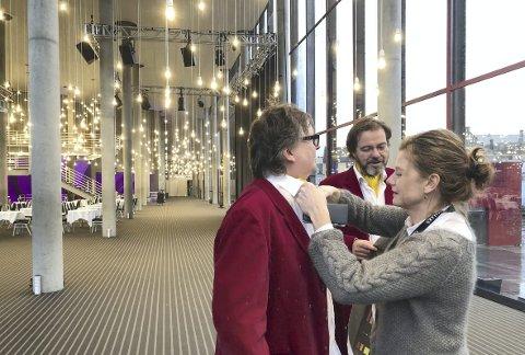 KLAR FOR BASAR: Manager Linda Børnes retter på halstørkleet til Finn Tokvam. Antrekket må sitte når           populærorkesteret inviterer til basar i Grieghallen. FOTO: OLAV GORSETH