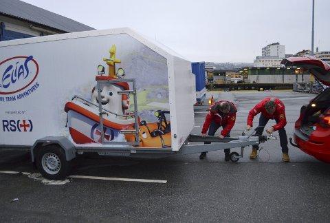 MANGE TAK: Her hekter Olav Mjelva (t.v.) og Dag Kjetil Tufte på en Elias-henger bakpå Olav sin bil. Den skal kjøres til Nordhordland, og senere skal fraktes videre til Fedje. (Foto: TOM R. HJERTHOLM)