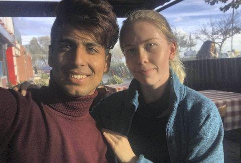 MØTTES: Forfatter Ragnhild Yndestad, som har jobbet som frivillig i flyktningleirer, ble svært overrasket da hun møtte en som snakket kav bergensk i flyktningleiren på Chios. Det viste seg å være Hasib Hotak.FOTO: PRIVAT