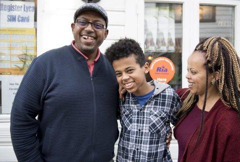 LYKKELIGE OG TRYGGE: – Nå smiler livet, sier Asfaw, Zinash og Nathan                                 Eshete. Familien har etablert seg med butikk i Marken. Snart flytter de inn i egen leilighet i Bjørndalsskogen, men drømmen er en gang å komme tilbake til Ytre Arna. FOTO: ARNE RISTESUND