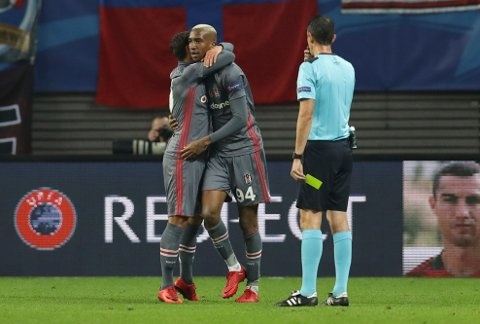 Besiktas' Talisca, center, is booked by referee Viktor Kassai during the Champions League Group G soccer match between RB Leipzig and Besiktas JK in Leipzig, Germany, Wednesday, Dec. 6, 2017. (AP Photo/Michael Sohn)