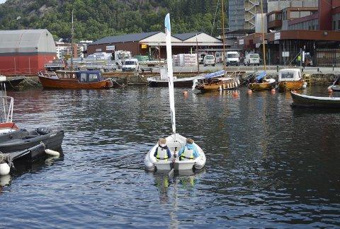 I alt arrangeres det nå ca. 50 sommerskoler langs hele norskekysten. Aktivitetene er mange–her er to av guttene på vei ut i en liten seilbåt.  (Foto: TOM R. HJERTHOLM)