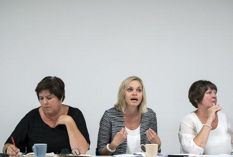 Tre Musketerer: Marianne Bjorøy (Ap) i Fjell, Marie Brurarøy (H) i Os og Astrid Byrknes (KrF) i Lindås er som ordførere flest. Penger fra staten vil de gjerne ha, men makt vil de ikke gi fra seg. FOTO: SKJALG EKELAND