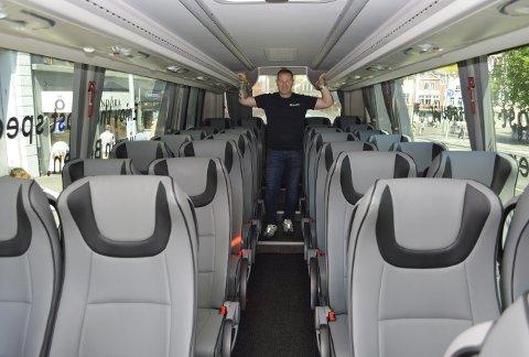 Sjåfør Maciek Rzucidlo er veldig fornøyd med de nye bussene som har langt mer komfort enn de gamle og litt skranglete toetasjerne. (Foto: TOM R. HJERTHOLM)