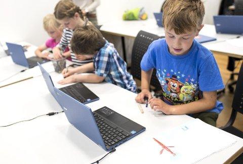 Analogt: Barna får også bruke tid på å tegne på gamlemåten med papir og fargeblyanter. Etterpå får de lære hvordan tegningene gjøres om til datagrafikk ved hjelp av pixelart.FOTO: SKJALG EKELAND