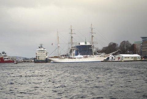 SNART BORTE: Slik har Statsraaden ligget siden fra før helgen, men snart blir det igjen seilskipstomt på Bergen Havn, når seilskipet legger kursen vestover. FOTO: TOM R. HJERTHOLM