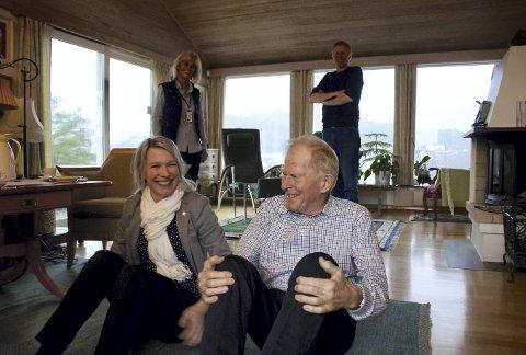Helsebyråd Rebekka Ljosland trår gjerne til og hjelper Arne Foldvik med treningsprogrammet han har fått fra fysioterapeuten sin. – Du er jo kjempeflink! Så sprek! Skal vi ta noen situps til? utbryter Ljosland og smiler til dagens treningspartner.
