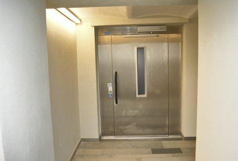 Kjelleren i Magistratbygningen er ikke til å kjenne igjen - og heisen er splitter ny.                (Foto: TOM R. HJERTHOLM)