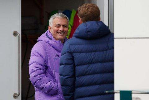Jose Mourinho (t.v.) fikk en god start på managerjobben i Tottenham, da de slo West Ham 3-2 lørdag. Tirsdag skal han forsøke å lede Spurs til avansement i Champions League. (AP Photo/Alastair Grant)
