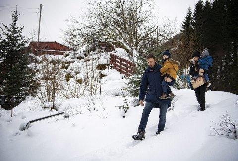 Mariusz og Katarzyna Myszoglad, her sammen med sønnene Filip (3) og Karol (1) utenfor hytten på Moldekleiv i Meland kommune. I dag bor familien i en leilighet i Åsane: – Når vi kjøpte denne gangen, sørget vi for å ha alt på plass. Derfor hadde vi flere forsikringer og en mellom-megler, forteller de.