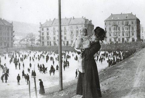 Mekka på Møllaren: En kald vinterdag på Møhlenpris tidlig på 1900-tallet. Skøytesporten trakk senere sørover. Den                  gikk via Krohnsminde og Slettebakken før den nå er stasjonert på Slåtthaug.arkivfoto: Hagelsteen, Gamle Bergen museum