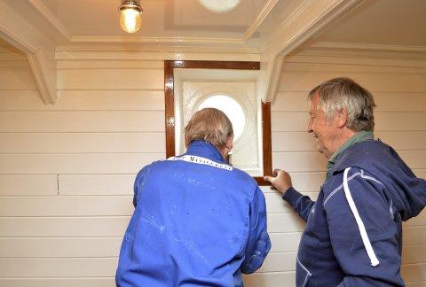 Bjørn Undstad (t.v.) og Inge Halland monterer de siste vinduslistene. (Foto: TOM R. HJERTHOLM)