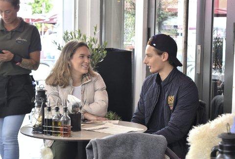 – Vi spiser litt oftere ute nå enn før, og så spiser vi mest ute om sommeren, sier Christiane Waage (17). Her har hun satt seg til bords på uteserveringen til Olivia på Zachariasbryggen for å nyte et måltid sammen med Jonas Lefdal (17).
