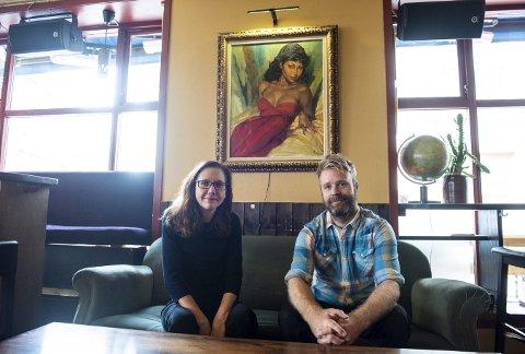 Iris Dressler, en av de to kunstneriske lederne for bergenstriennalen, sammen med daglig leder på Folk & Røvere,   Kristian Standal. Over dem henger «Sigøynerpike».