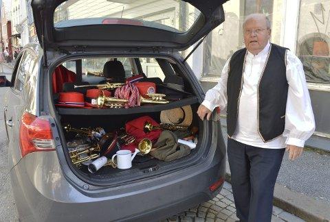 Tores rekvisittlager – bilen full av trompeter og ikke minst hatter til bruk ved forskjellige anledninger.