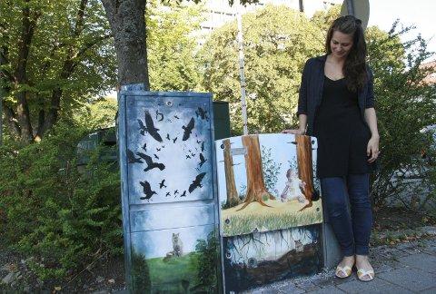 Prosjektleder Kristi Guldberg med skapet nederst i Peter Motzfeldts gate i 2012. Nydelig, Ikke sant?                                                     (Foto: TOM R. HJERTHOLM)