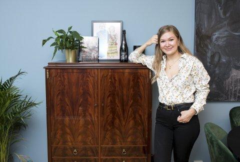Lillian Getz Juhlin viser frem sitt favorittmøbel i leiligheten – et gratis skap hun hentet hos en annonsør på Finn.no. – Treverket er så vakkert, sier interiørstudenten. FOTO: SKJALG EKELAND