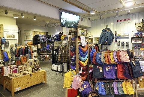 – Kanskje litt rart at vi gir rom for salg av brukte klær, mens vi selv har fritidsklær i turlagsbutikken. Selvsagt ønsker vi å selge egne ting, men er og opptatt av gjenbrukstanken. Det er viktig for oss, sier Linda Fongaard. Foto: TOM R. HJERTHOLM
