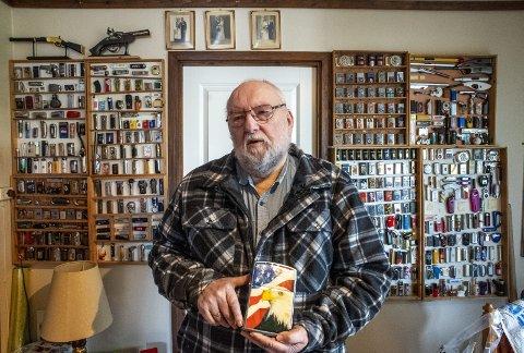 Ja, det er faktisk en lighter Bjarne Hammersland holder i hendene. Utstillingsveggen bak 74-åringen er bare en av to vegger i huset hvor pensjonisten viser frem sin store samling. FOTO: Eirik Hagesæter
