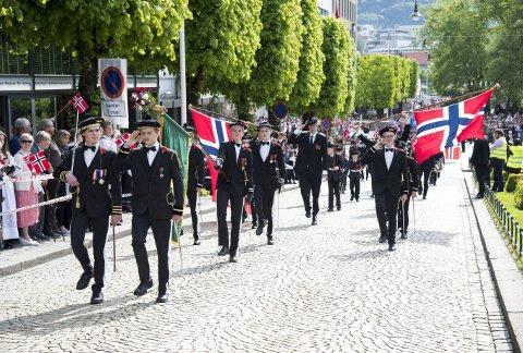 Skansens Bataljon og sjefen Vegard Sivertsen (t.v.) er først ut med marsjering i strøket på Skansen etter starten kl. 1300. Foto: ANDERS KJØLEN