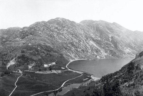 Fem år før dette bildet ble tatt, sto demningen ferdig. 1882-demningen hadde også renseanlegg. Det er gårdene Nedrebø og Nybø vi ser på bildet.
