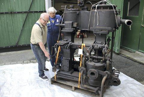 Kjell Olav Solheim (t.v.) og Øyvin Konglevoll studerer den gamle dampmaskinen som om noen år igjen skal gjøre nytte for seg. FOTO: TOM R. HJERTHOLM