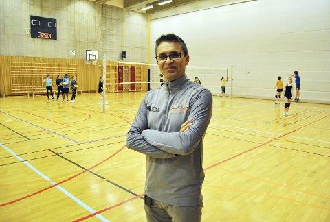 Daniel Kadivar jobber dag og natt med idretten. Han er ansatt som husvert i idrettshallen på Ny-Krohnborg og jobber på Fysak på Slettebakken. I tillegg er han altså leder og stifter av Kronstad IL. Foto: Einar Lundsør