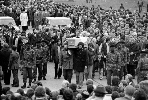 Nærmere 100.000 tok del i begravelsen til Bobby Sands – inkludert maskerte IRA-medlemmer. Truls Synnestvedt dekket de dramatiske døgnene i Belfast før og etter Bobby Sands sin bortgang.