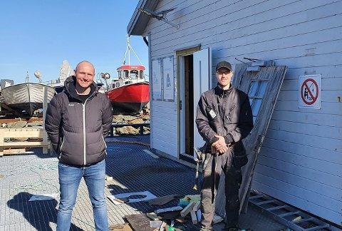 Konkurranse: Stian Haaland (t.h.) er nå flyttet til Kvitsøy kommune, og fikk nylig besøk av ordføreren og utviklingsrådgiver Ronny Gundersen.