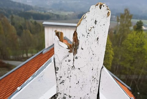 Nykirke i Åmot, korset på taket knakk