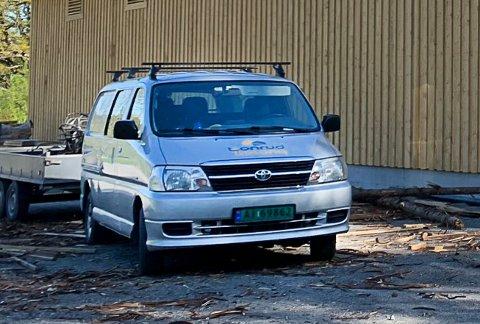 INNBRUDD: Denne bilen sto på parkeringen ved Furumo svømmehall natt til mandag. Det ble stjålet elektrisk verktøy fra den.