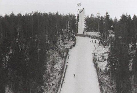 VIKKOLLEN: Reidar Amble Ommundsen hopper 54 meter som er ny rekord i 1915.
