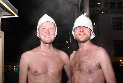 HOPPET I ELVA: Arve Vannebo og Thorbjørn Ottersen hoppet begge i elva lørdag kveld. – Jeg tror det blir sinnssykt rått, sa sistnevnte til Drammens Tidende.