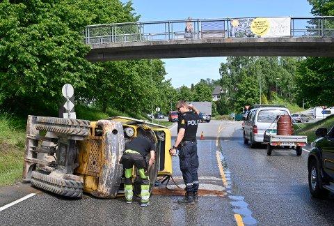 En gravemaskin datt av en lastebil rett ved rundkjøringa før Lierbyen fredag ettermiddag.