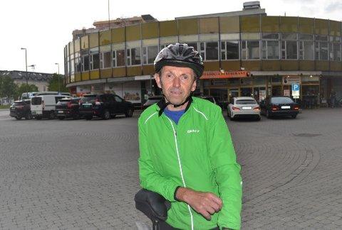FRKYTER FOR SIKKERHETEN: Geir Egge frykter for egen og andres sikkerhet når det hoper seg opp med biler utenfor Globusgården i Drammen sentrum.