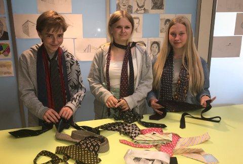 Slips: 15-åringene Max Emil Schubert, Emma Linderdal (midten) og Selma Ausdal-Gunneriussen  lærte om slipsknuter og mye mer på Hokksund ungdomsskole onsdag.