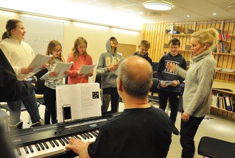 FRA VENSTRE: Gunn-Elise Hansen (12), Maya Pind Braut (9), Tana Pind Braut (11), Andrew Salomaki (12), Ole Fosse (12) og Josiah Haugli (11). Foran: Øystein Skårset og Birgit Lähdesmäki Johansen.