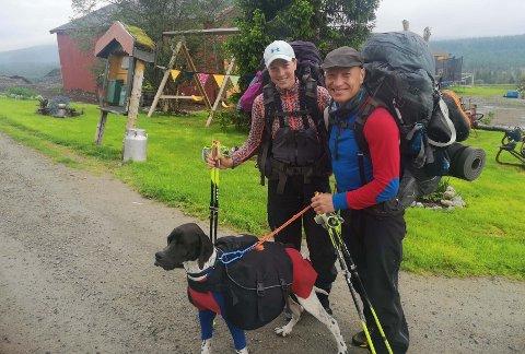 PÅ LANGTUR: Hunden Storm hadde det fint på tur langs Norge med Gina Johansen og Stig-Rune Samuelsen.