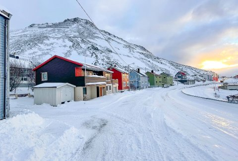 LITE SNØ: Holmbukt i Honningsvåg er rasutsatt og overvåkes kontinuerlig, men heldigvis er det lite snø i fjellsiden så langt i vinter. Men skredfaren er betydelig større andre steder.