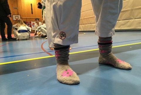 I ULLSOKKAR: I taekwondo må utøvarane gå barbeinte for å unngå skadar under spark. Det er ikkje særleg behageleg når klokka er
