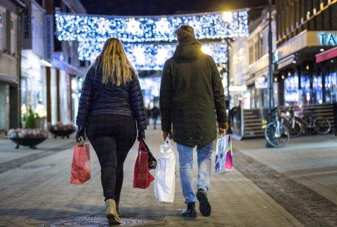 Trondheim  20181219. Illustrasjonsbilder: Par som har handlet julegaver i julegate / julebutikk vinduer /dekorasjoner i bybildet. Modellklarert   Foto: Gorm Kallestad / NTB scanpix