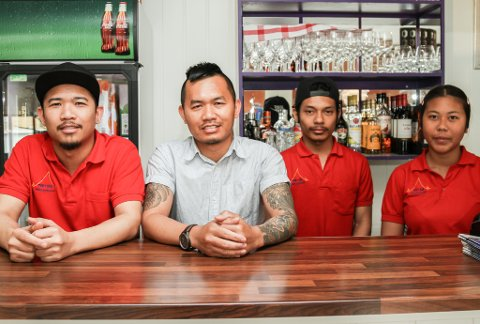 VIL UT PÅ GATA: Denne gjengen vil gjerne servere deg både mat og drikke på fortauet framfor Thai-Isaan. Det ser det ut til at dei kan få lov til.