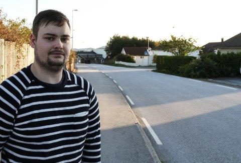Keven Kristiansen blei vitne til at ein hund blei påkøyrd og døydde i Thor Solbergvegen ved flyplassen måndag ettermiddag.