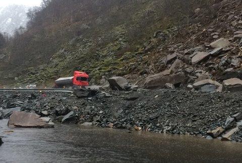 Ein lastebil vart treft av raset som gjekk over E39 ved Dregebøen i Gaular fredag.